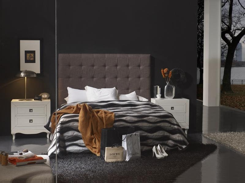 Chambre avec t te de lit garnie en tissu et 2 chevets 2 for Chambre garnie