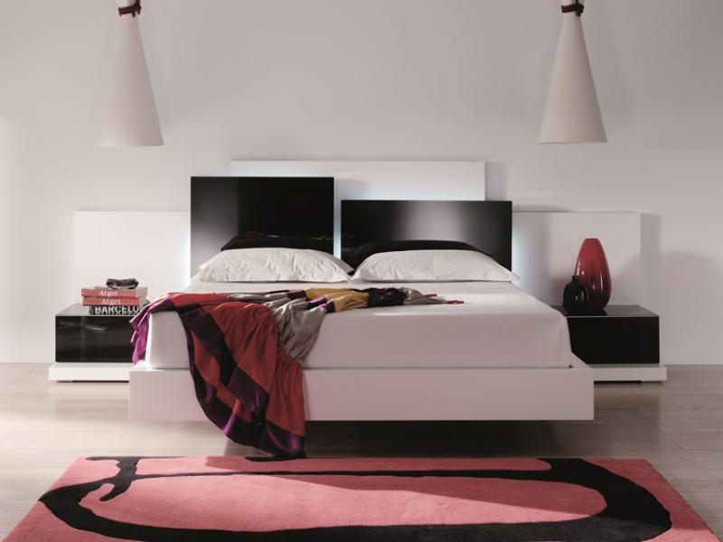 chambre avec t te de lit en panneaux chevauch s et. Black Bedroom Furniture Sets. Home Design Ideas