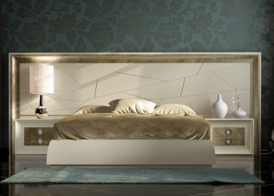 Lacquered bedroom with large headboard. Mod: ANNIPE