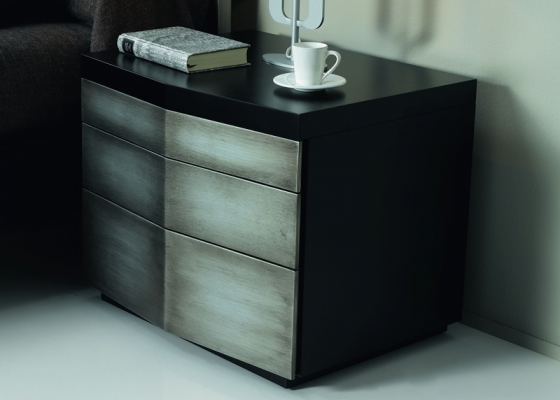 Lacquered bedside tables with 3 drawers. Mod. GORDON PLATA/NEGRO