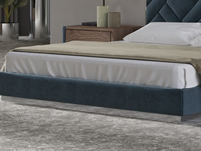Complete upholstered bed with polished stainless steel details. Mod: DORIANNE STAINLESS STEEL