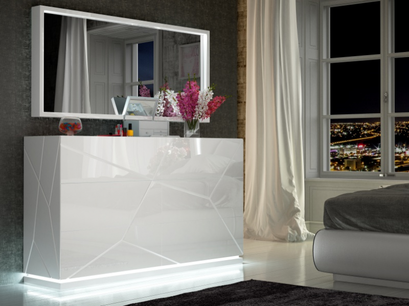 Lacquered mirror with led lighting. Mod. NAUGE