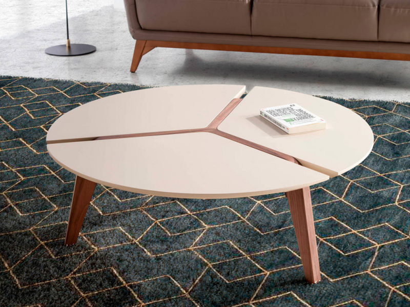 Round coffee table with lacquered table top. Mod: LAURA