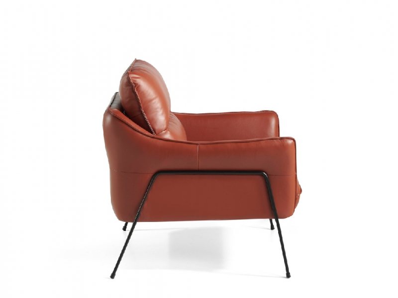 Armchair upholstered in cowhide leather.Mod: VOLO