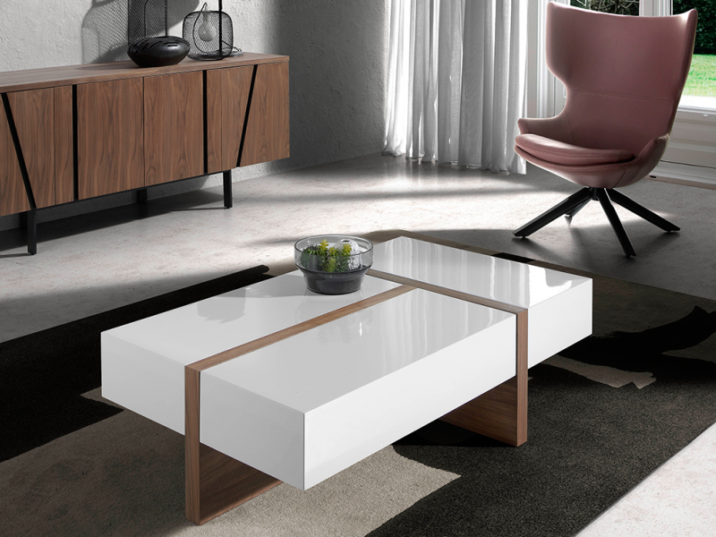 Coffee table in walnut veneered wood with lacquered tops.Mod: LOLA