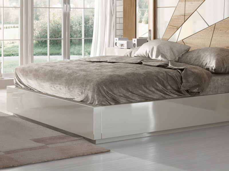 Complete oak bed with lacquered details, side mirrors and 1-drawer bedside tables.Mod: AMAL