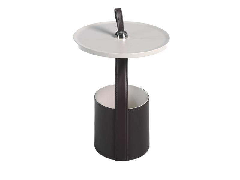 Round corner table in chocolate brown leatherette.Mod: ATRANI