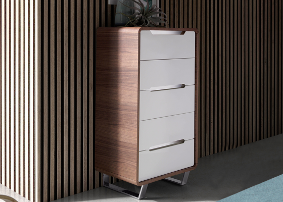 Walnut wood chiffonier with 5 drawers in glossy white lacquered and legs in chrome steel.Mod: GIORDANA