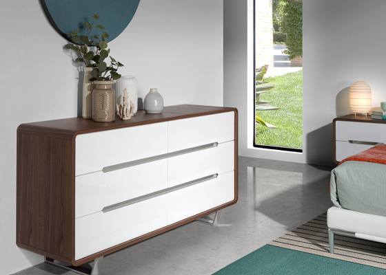 Walnut wood chest of drawers with 6 drawers in glossy white lacquered and legs in chrome steel.Mod: GIORDANA