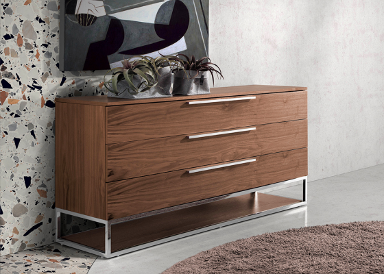 Walnut wood chest of drawers with chromed steel structure and handles.Mod: GIO